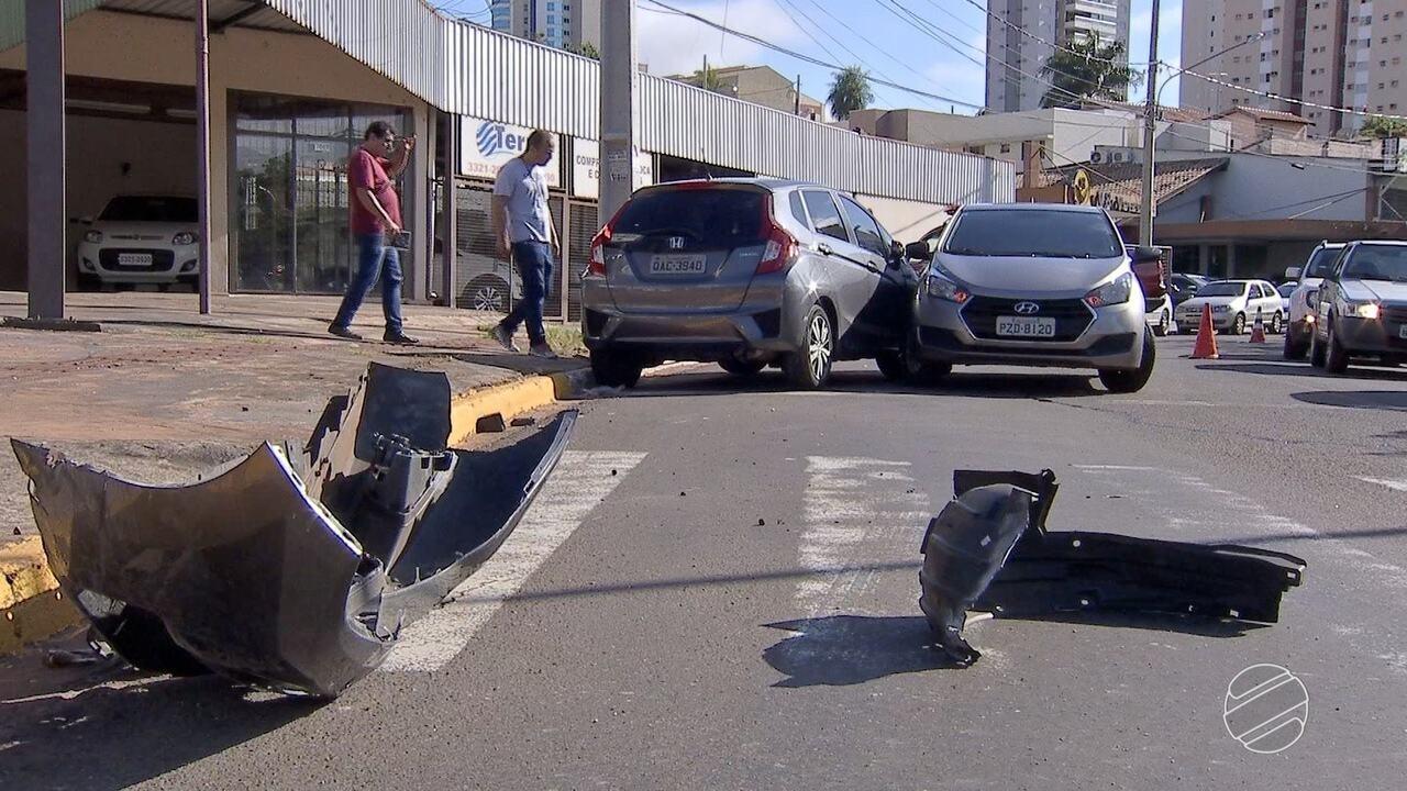 Idosa perde controle de carro, atropela trabalhador e bate em outros veículos em MS