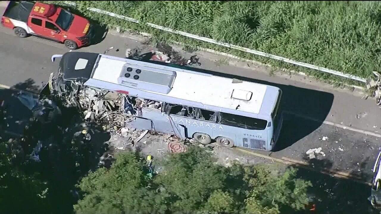 Acidente entre carreta e ônibus deixa sete mortos em rodovia de Goiás
