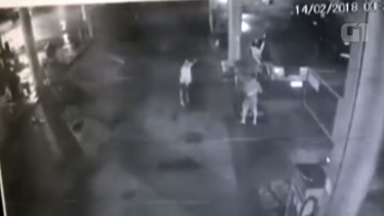 Câmera do posto registrou o momento em que o homem é esfaqueado, após o assalto