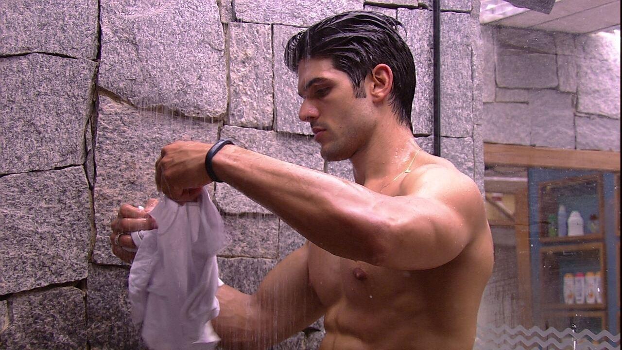 Lucas toma banho e lava roupas íntimas
