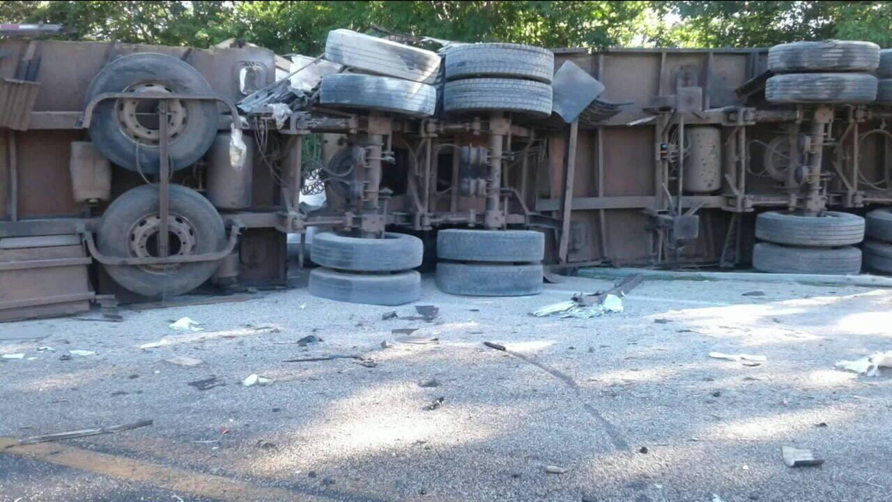 Acidente entre ônibus e carreta deixa oito mortos e 30 feridos em Goiás