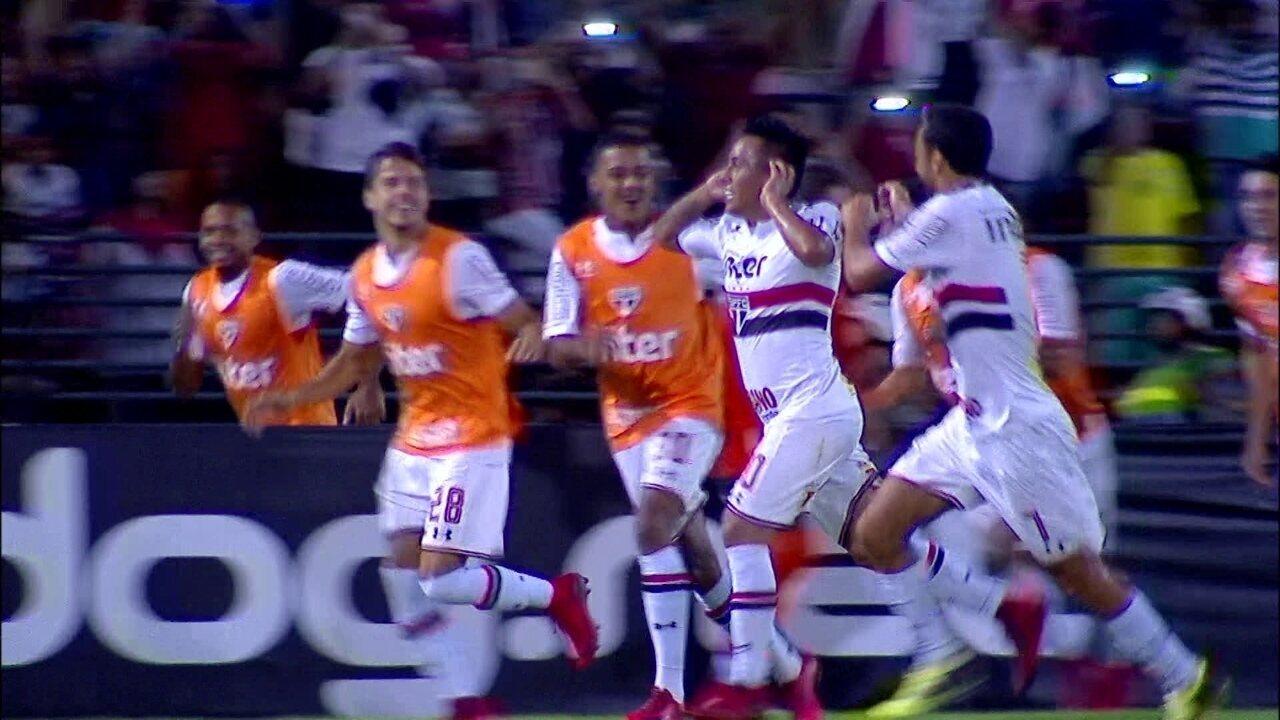 Gol do São Paulo! Cueva desloca o goleiro e amplia de pênalti, aos 16 do 2º tempo