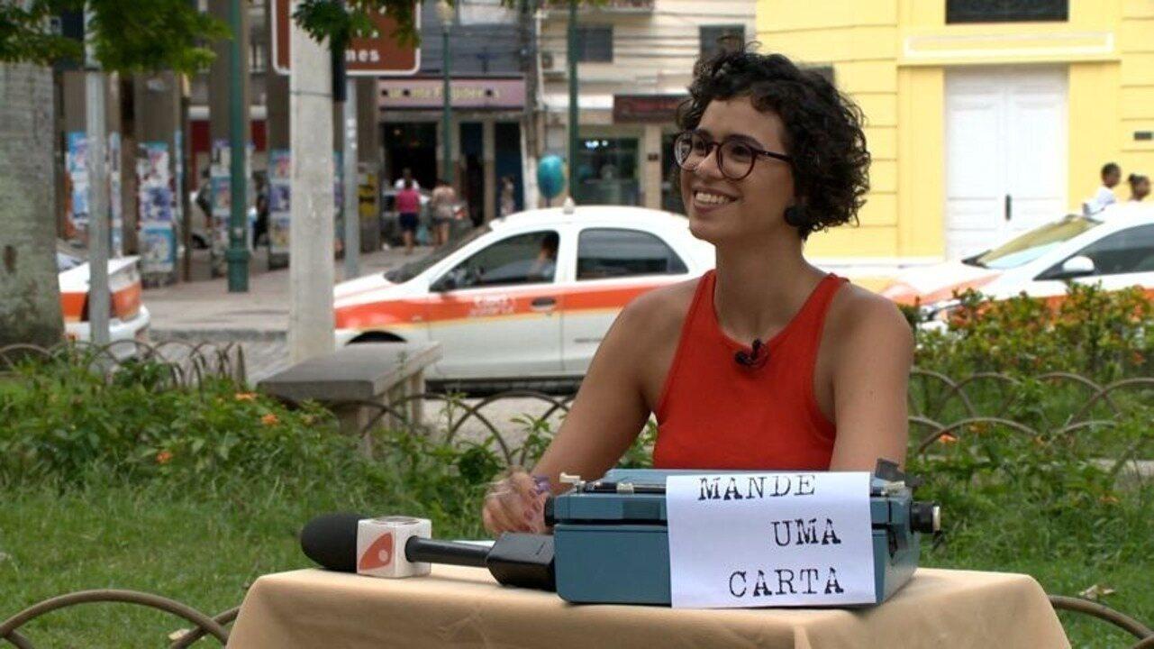 Em Movimento: Aline ajuda passantes da Praça Costa Pereira a escreverem cartas