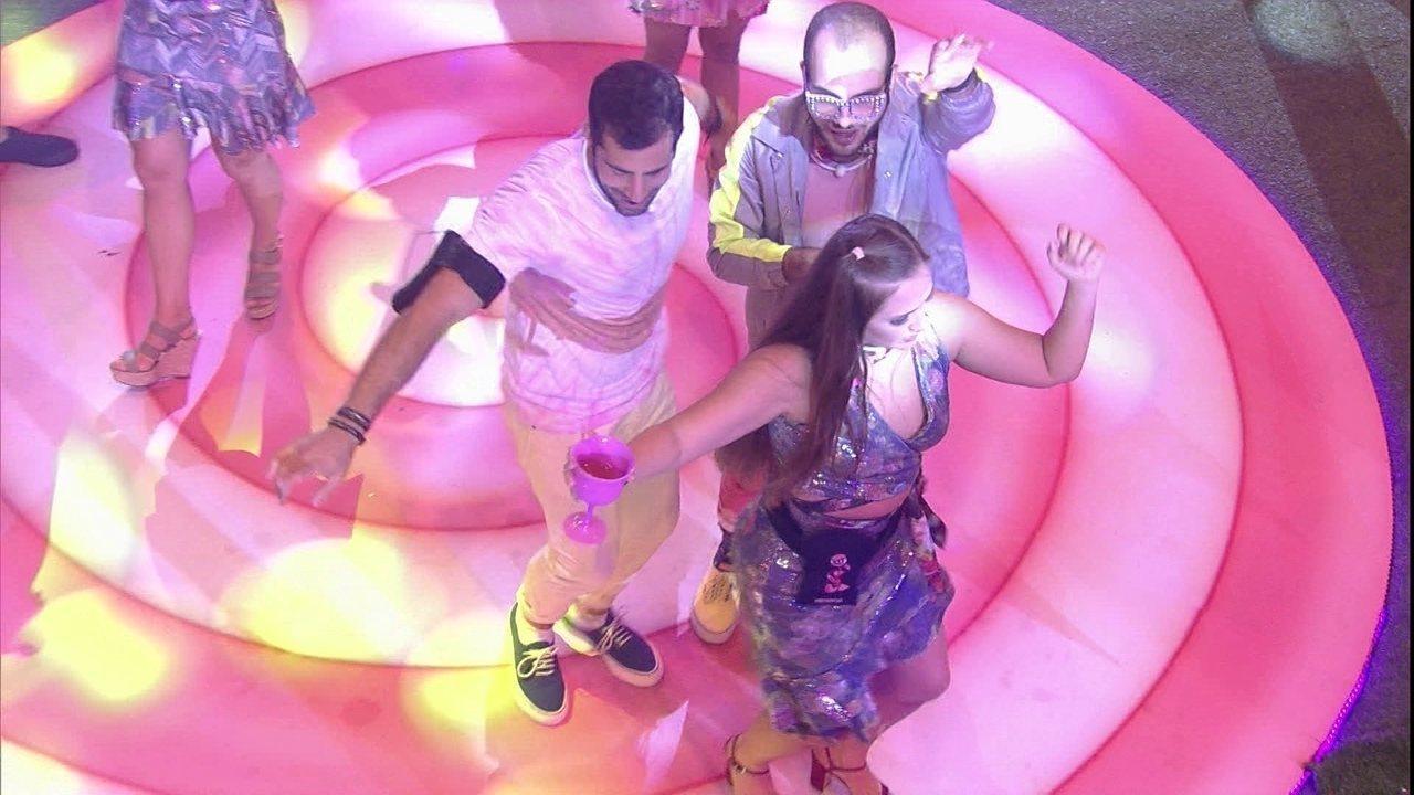 Kaysar e Mahmoud dançam ao som de música árabe