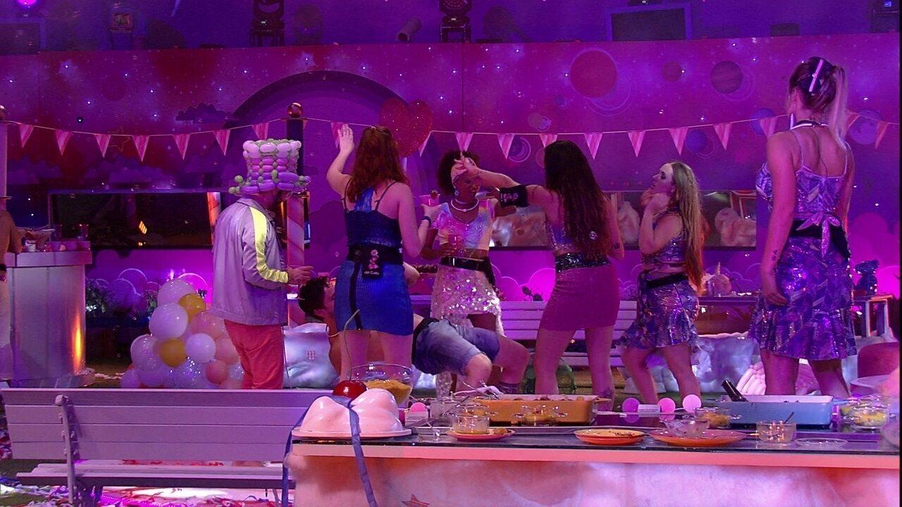 Brothers dançam hit do Bonde do Tigrão e agitam pista de dança