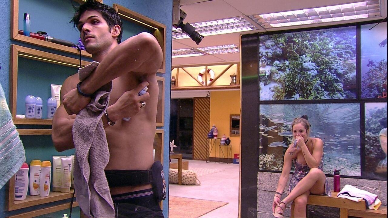 Jéssica observa Lucas no banheiro e ri sozinha