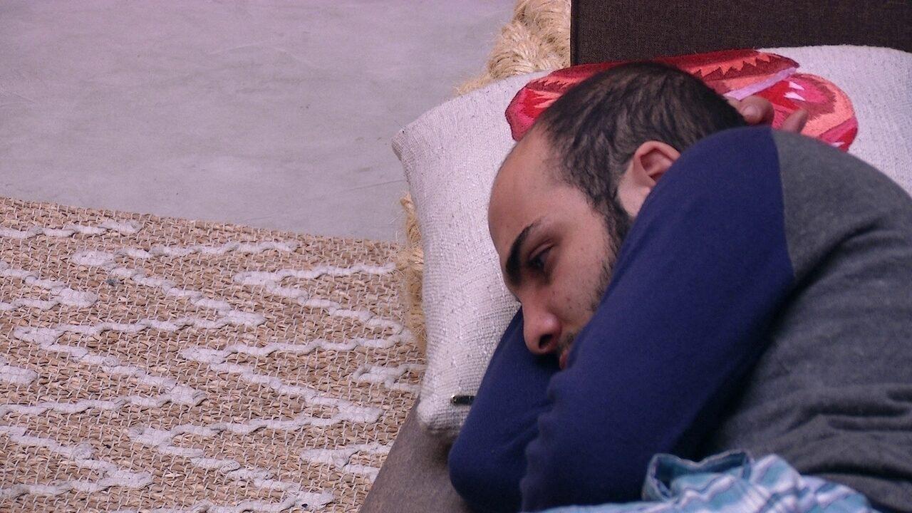 Mahmoud fica reflexivo na sala