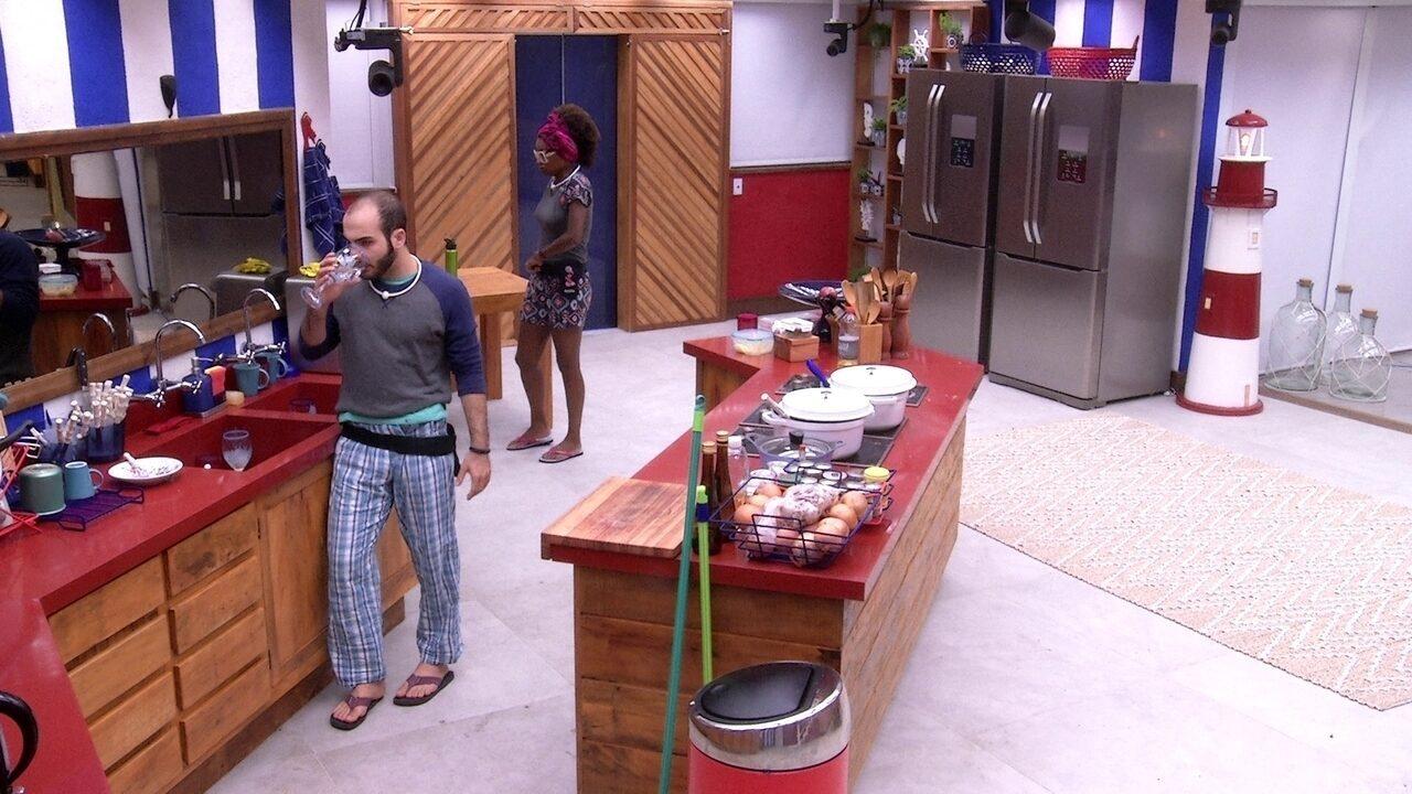 Mahmoud e Nayara trocam 'Bom dia' na cozinha