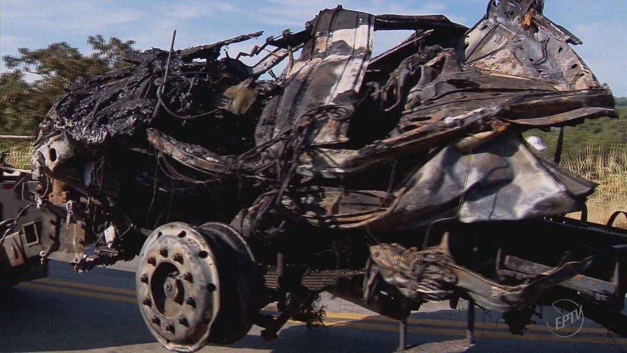 Carreta destruída por fogo em acidente que matou motorista é removida na BR-491