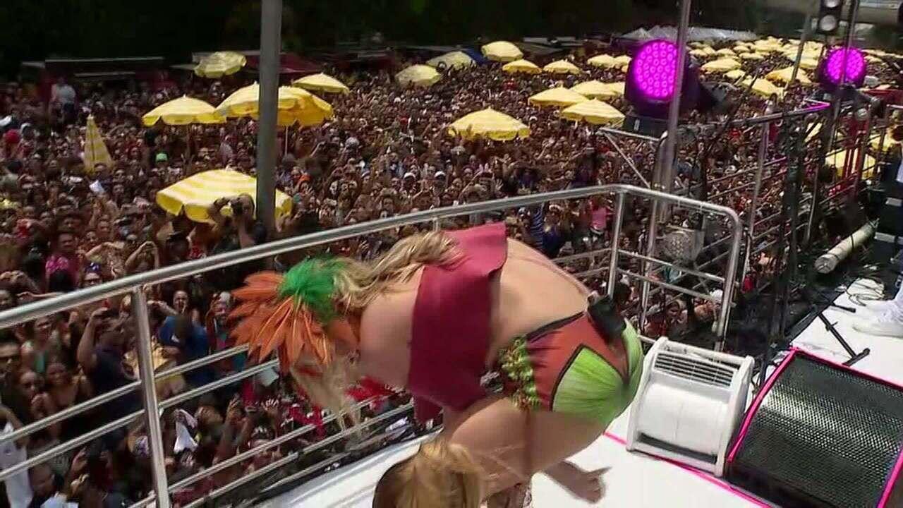 Claudia Leitte tira sandálias no desfile de bloco na Avenida 23 de Maio, em São Paulo