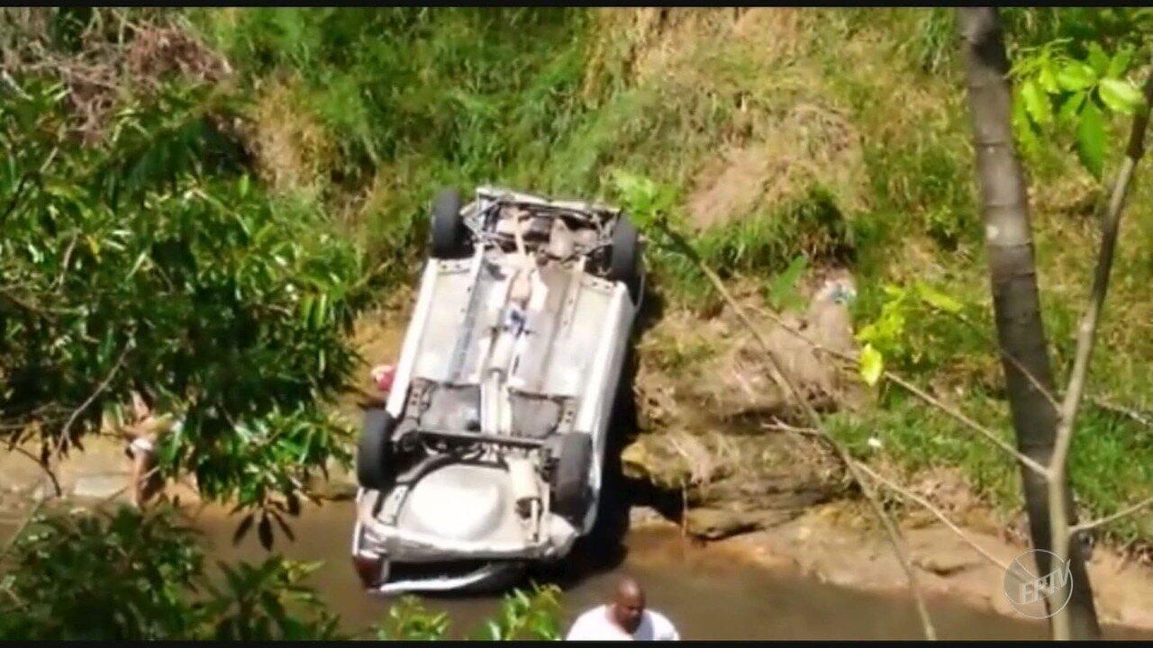 Carro capota e cai dentro de córrego no Parque São Bento em Campinas