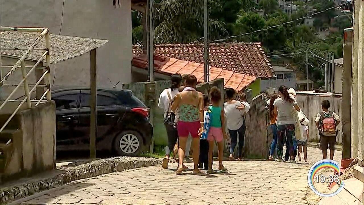 Famílias atingidas por enchentes em São Sebastião começam a voltar para casa