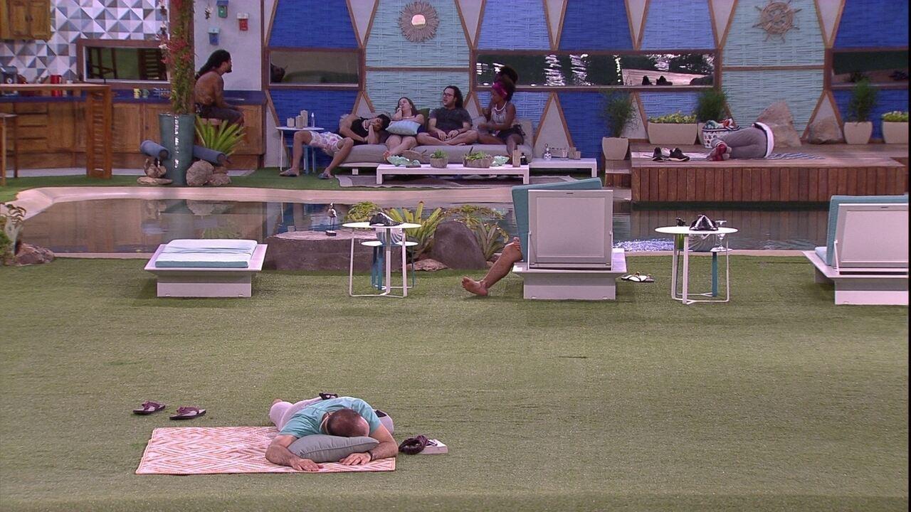 Mahmoud dorme de bruços na área externa