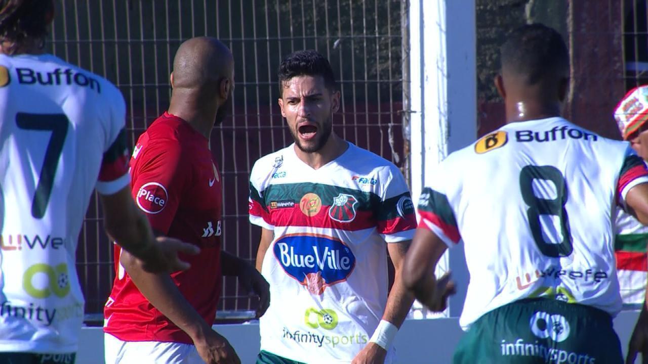 Moledo se atrapalha com a bola e Brandão reclama de toque de mão aos 31' do 1º/T