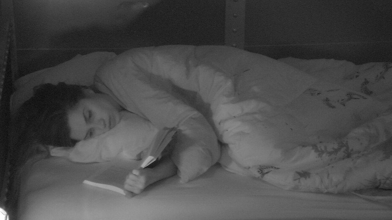 Paula lê livro no Quarto Submarino