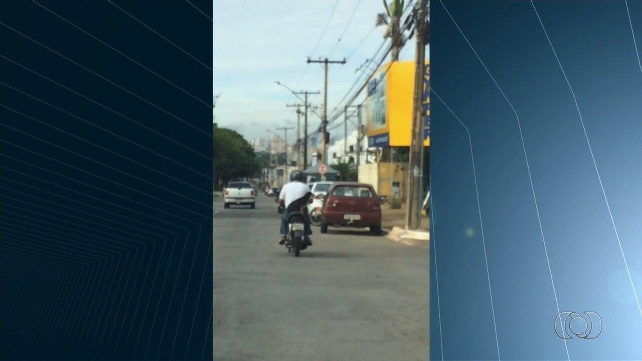 Motociclista leva cachorro na garupa e fura sinal vermelho em Goiânia