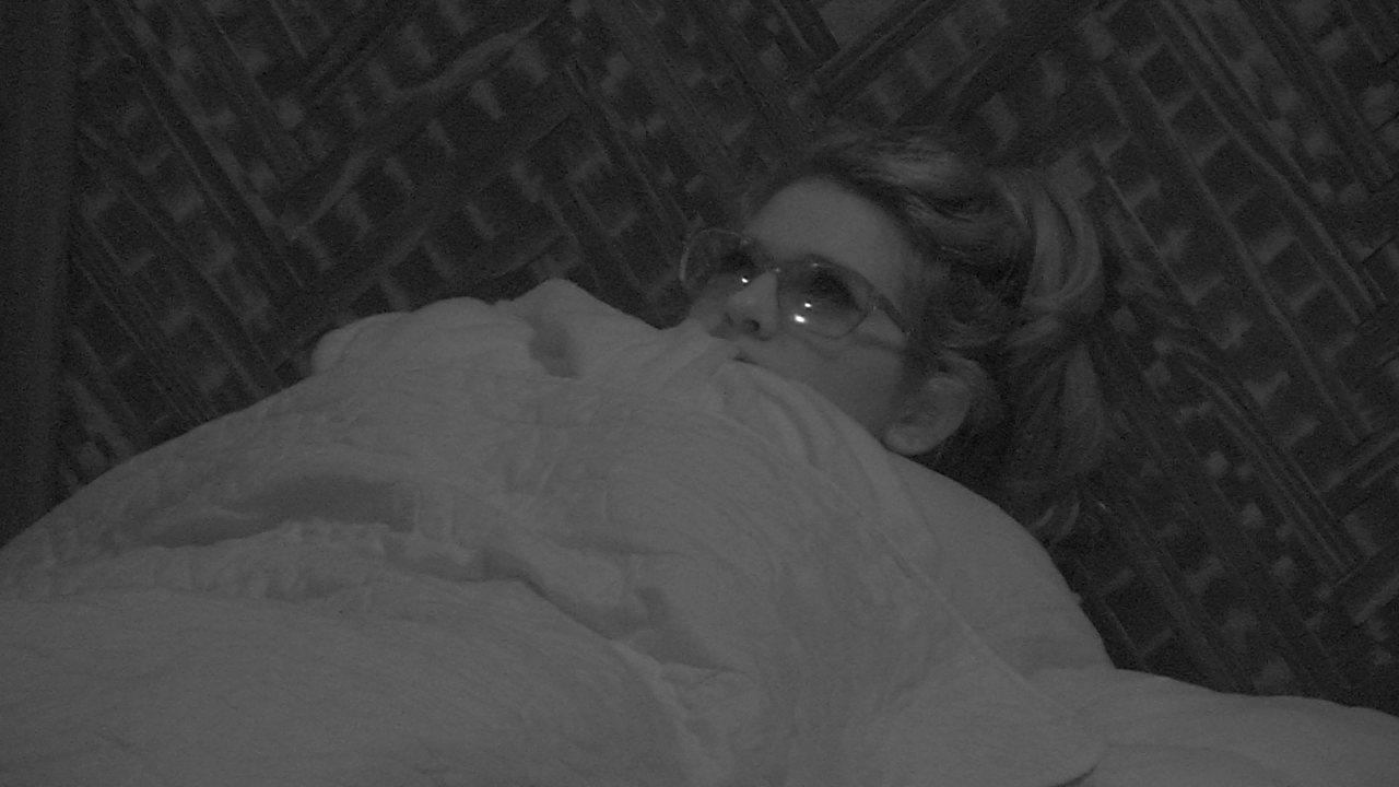Ana Clara senta na cama do Bangalô do Líder
