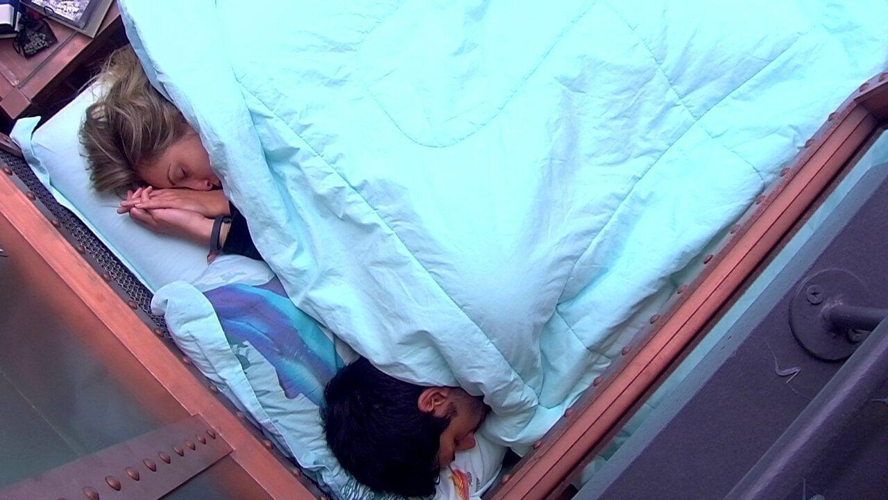 Jéssica deita na cama com Lucas