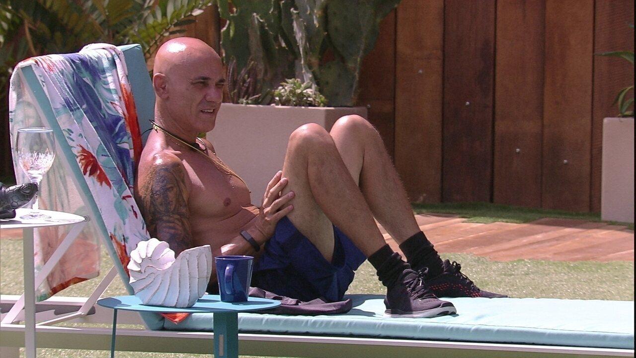 Ayrton fala sozinho enquanto toma sol: 'Entendi nada'