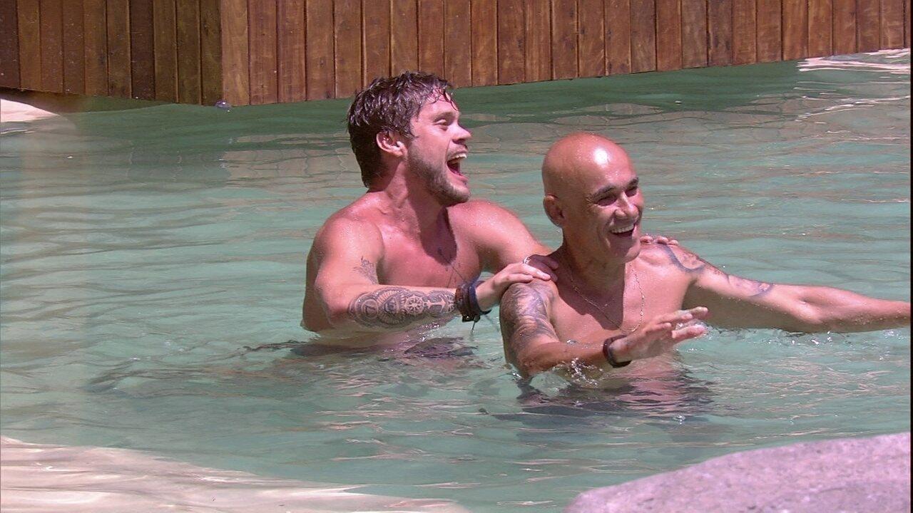 Breno e Ayrton dançam ao som de Araketu na piscina