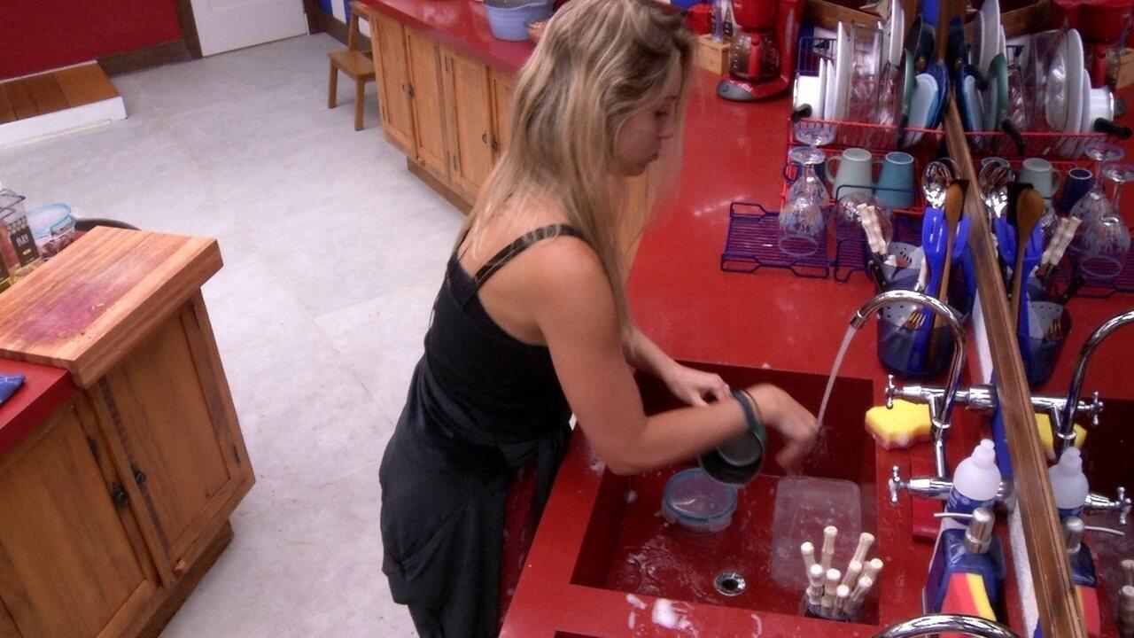 Jéssica lava louça