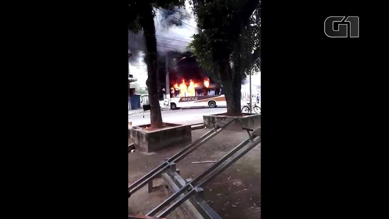 Moradores ateiam fogo em ônibus em represália à operação policial em Caxias