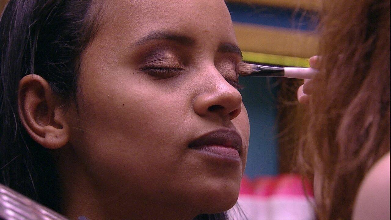 Ana Clara faz maquiagem de Gleici no banheiro