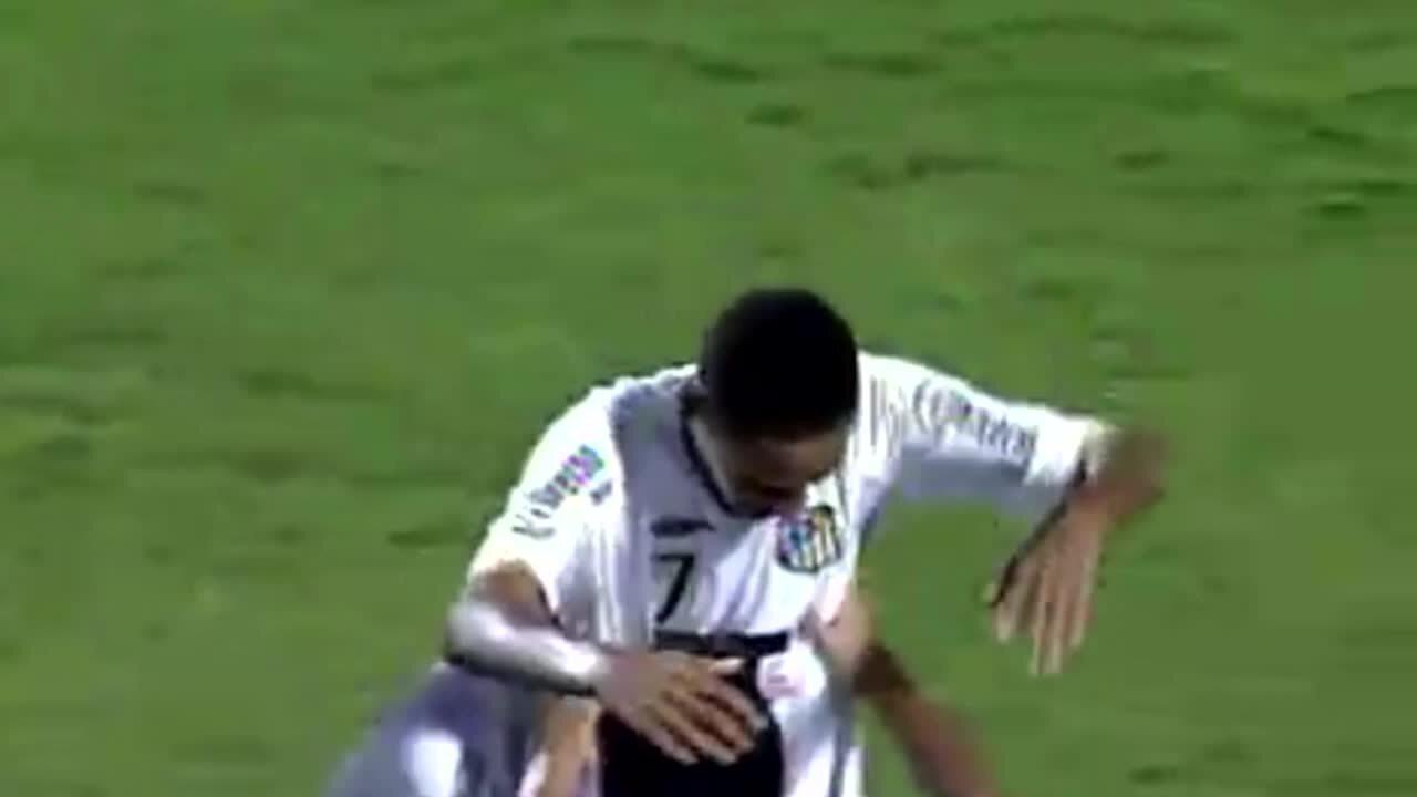 Em 2009, Neymar marca primeiro gol como profissional no Santos