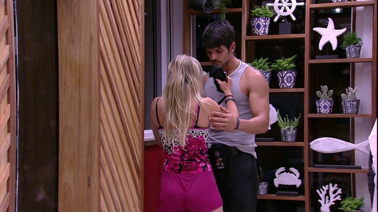 Jéssica chora após levar susto e é consolada por Lucas