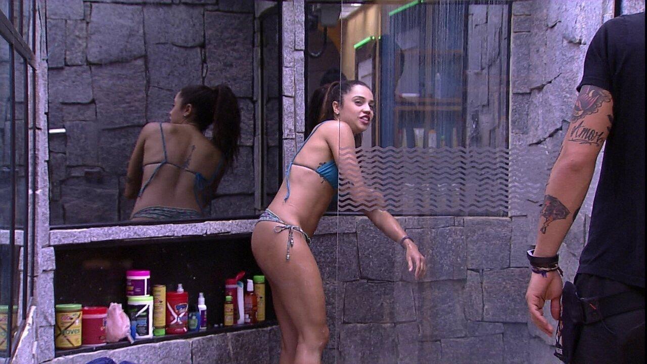 Paula toma banho de biquíni
