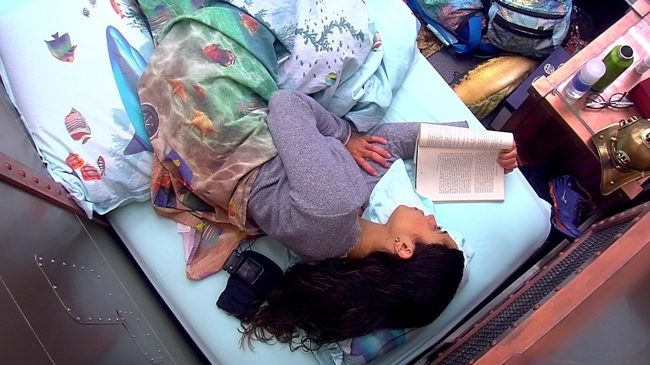 Paula lê livro deitada no Quarto Submarino