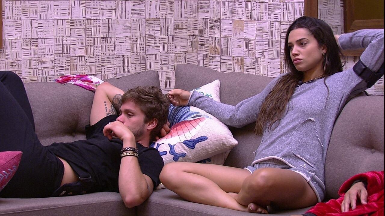Paula faz cafuné em Breno e Ana Clara lê no sofá