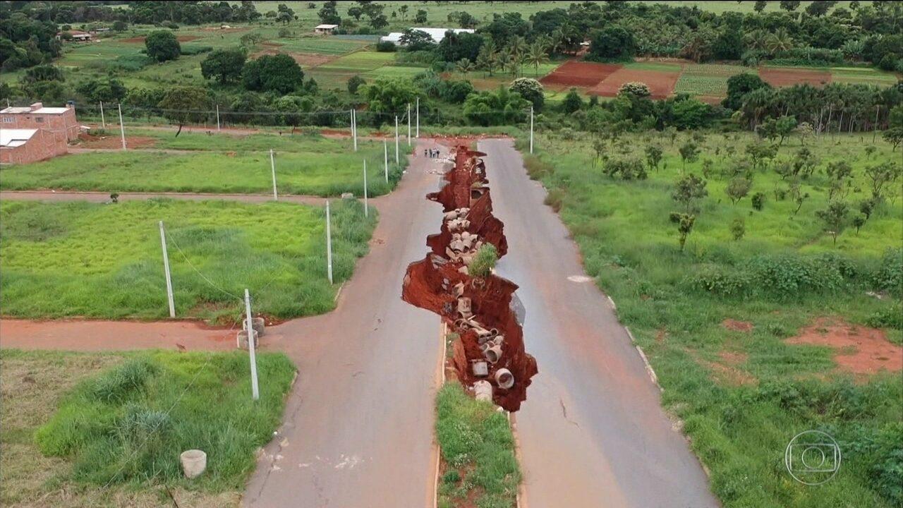 Crateras imensas ameaçam centenas de moradores em Goiás