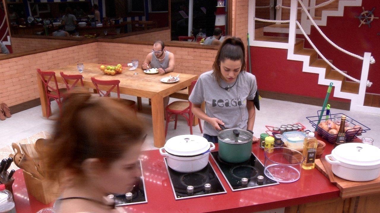 Paula prepara pipoca na cozinha do BBB