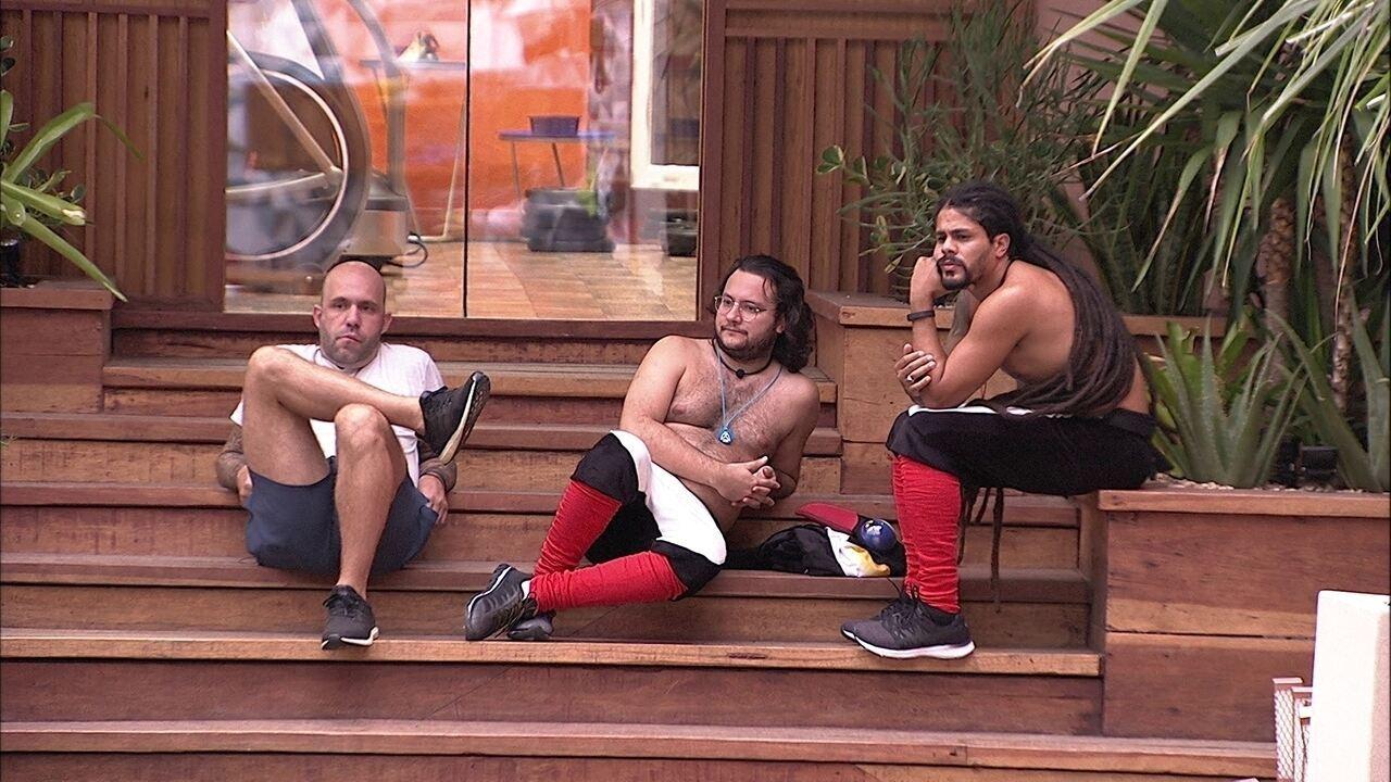 Caruso, Viegas e Diego ficam em silêncio na escada da academia