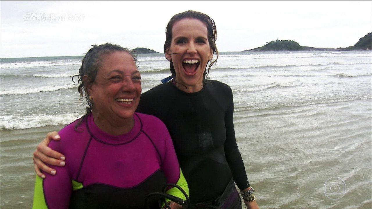 Mulher aprende a surfar aos 65 anos