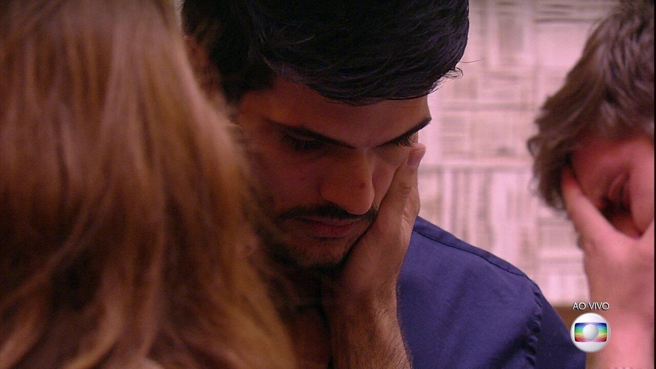 Breno e Mahmoud choram muita na despedida de Lucas