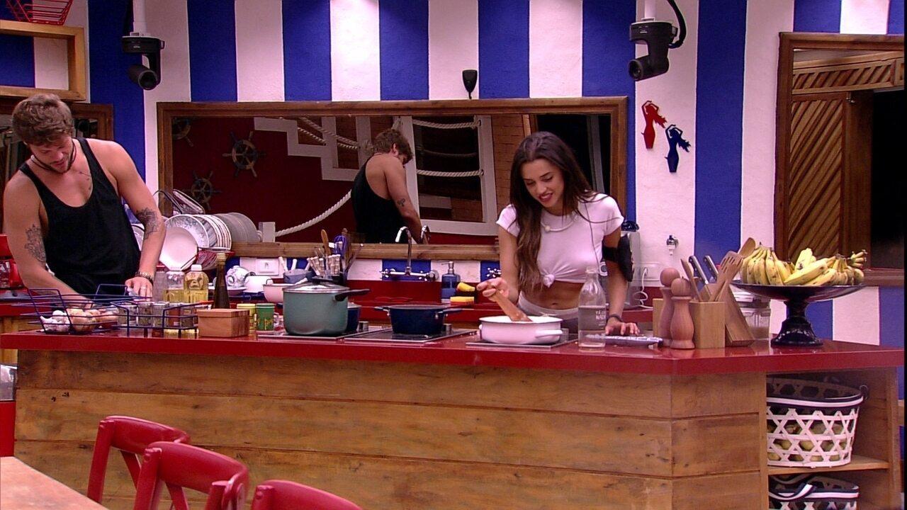 Paula prepara suspiro na cozinha