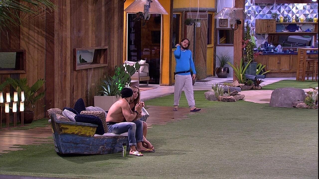 Diego brinca com Patrícia: 'Apaixonada'