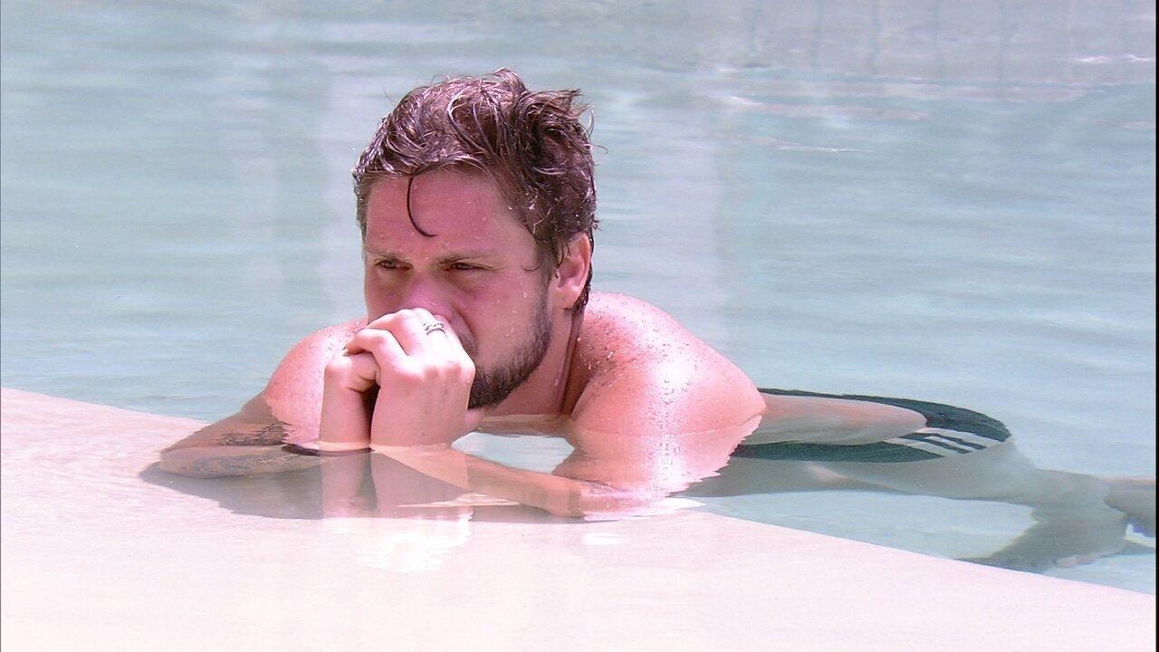 Breno fica pensativo na piscina