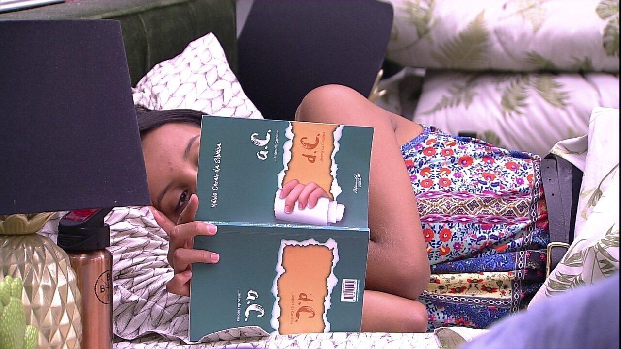 Gleici lê um livro e brothers dormem