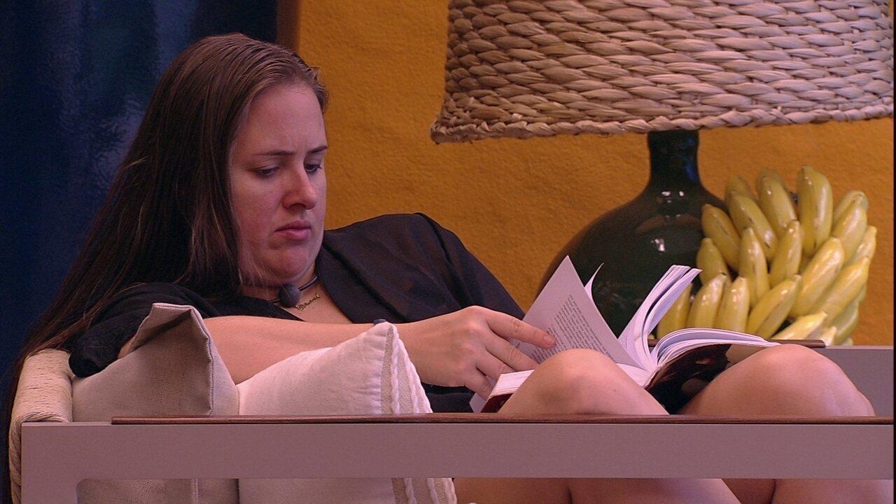 Patrícia lê sozinha na varanda