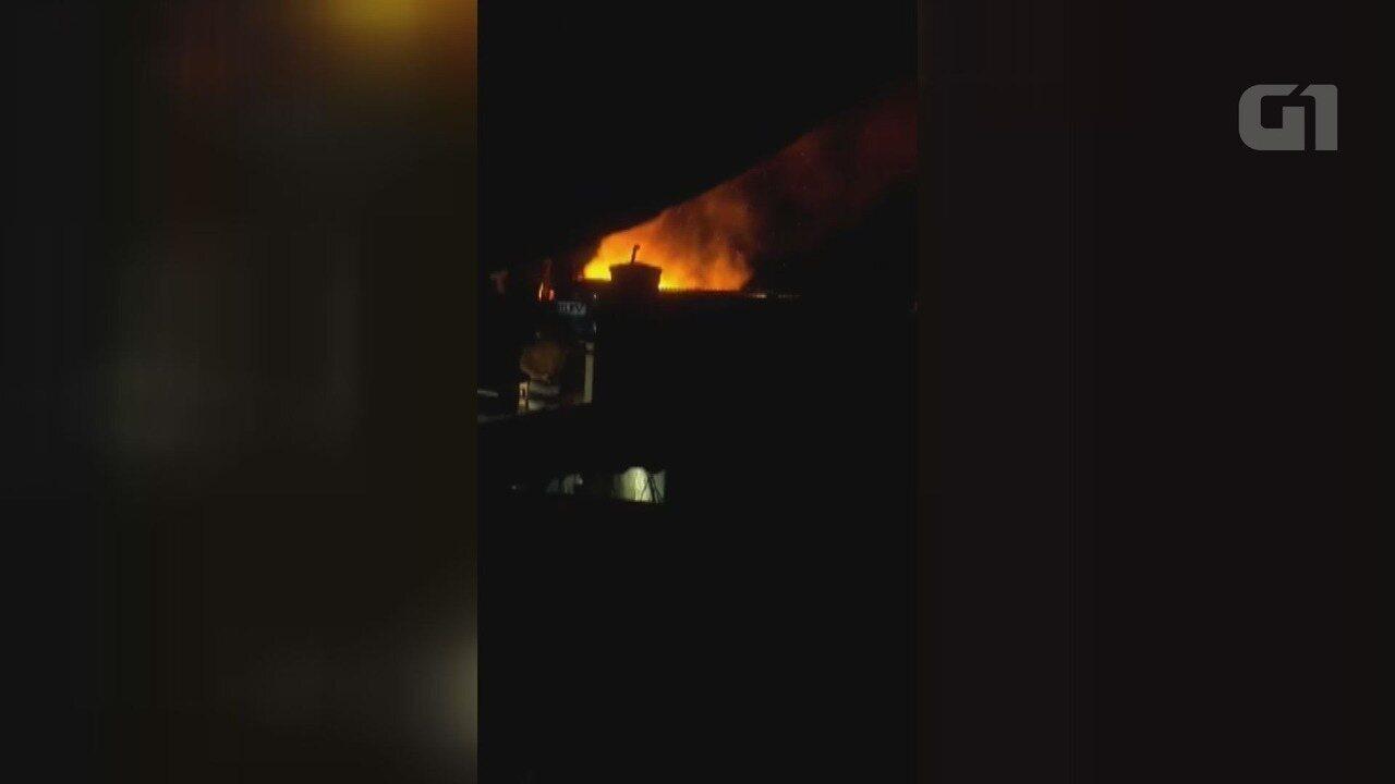 Fogo atinge barracos e deixa dois feridos no Guarujá