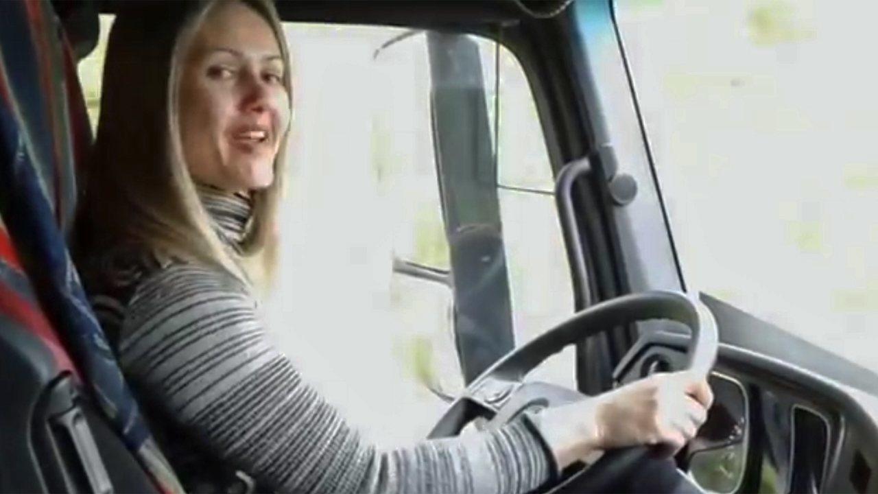 Caminhoneiras youtubers: conheça a história da Patricia RJ, que trabalha na Europa