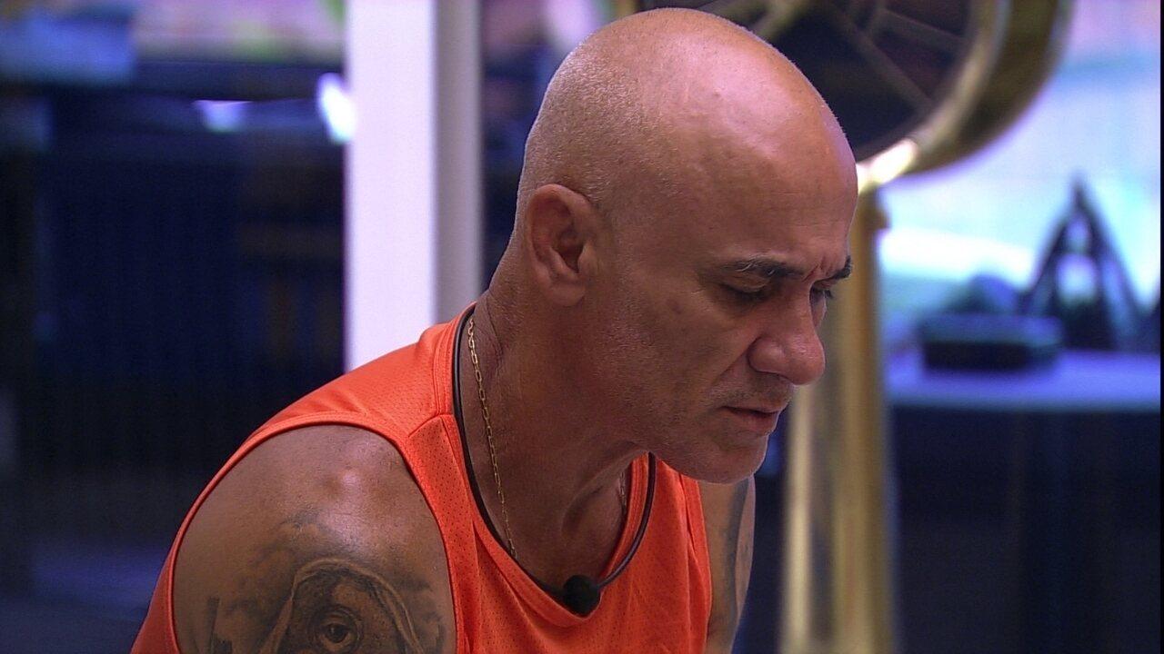 Ayrton insinua que Patrícia e Caruso estão combinando votos