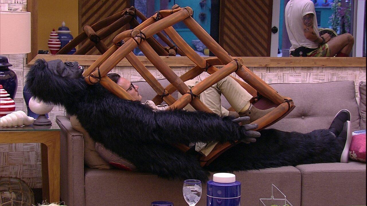 Diego dorme na sala com roupa do Castigo do Monstro
