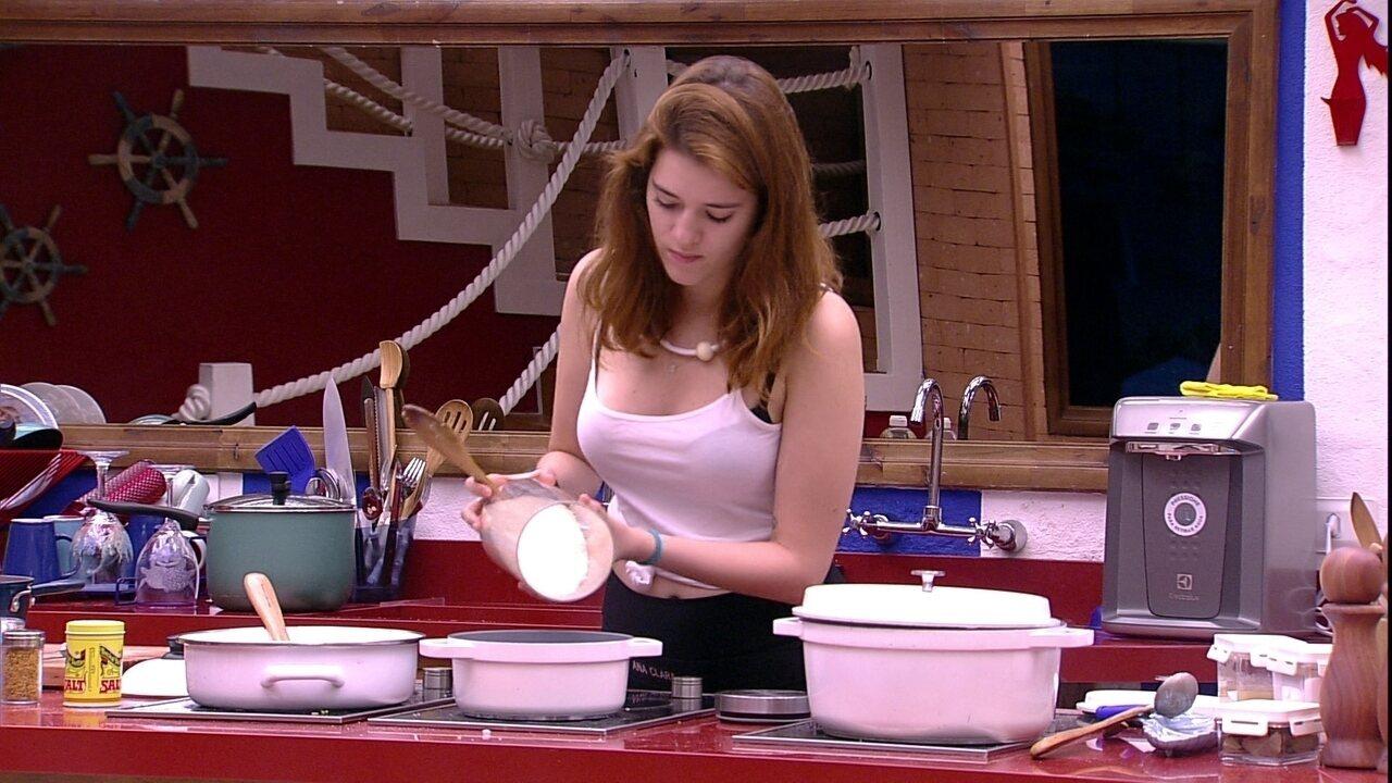 Ana Clara prepara arroz para o Tá com Nada