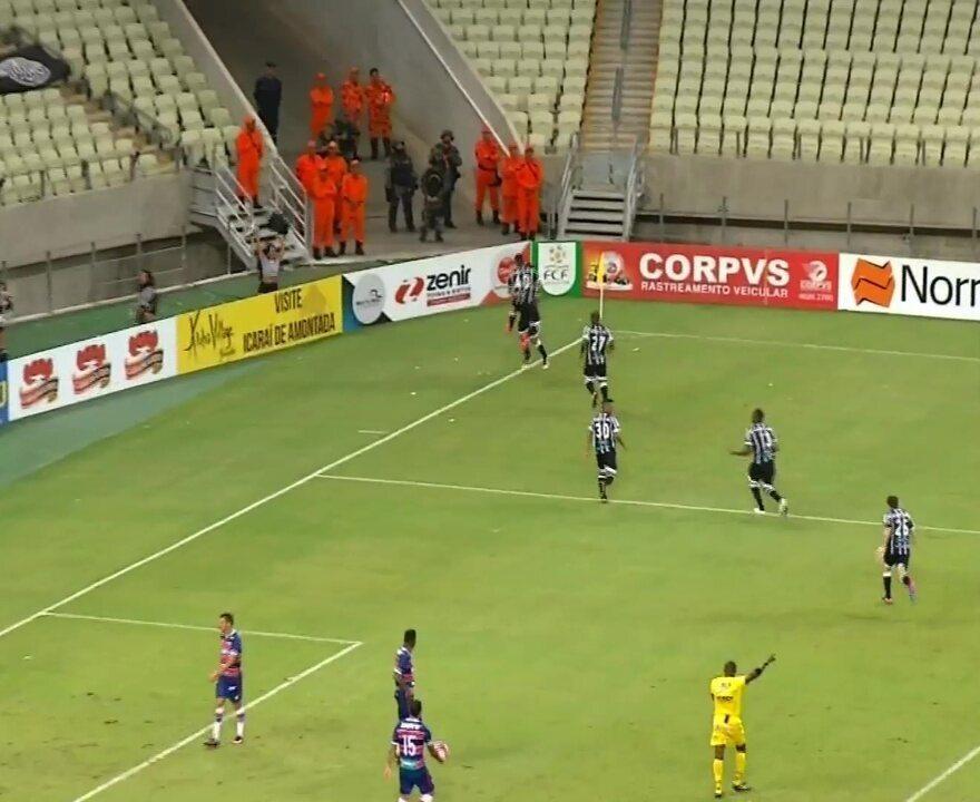 Aos 45, zaga tricolor vacila e ataque do Ceará recupera a bola. Arthur marca para o Vovô