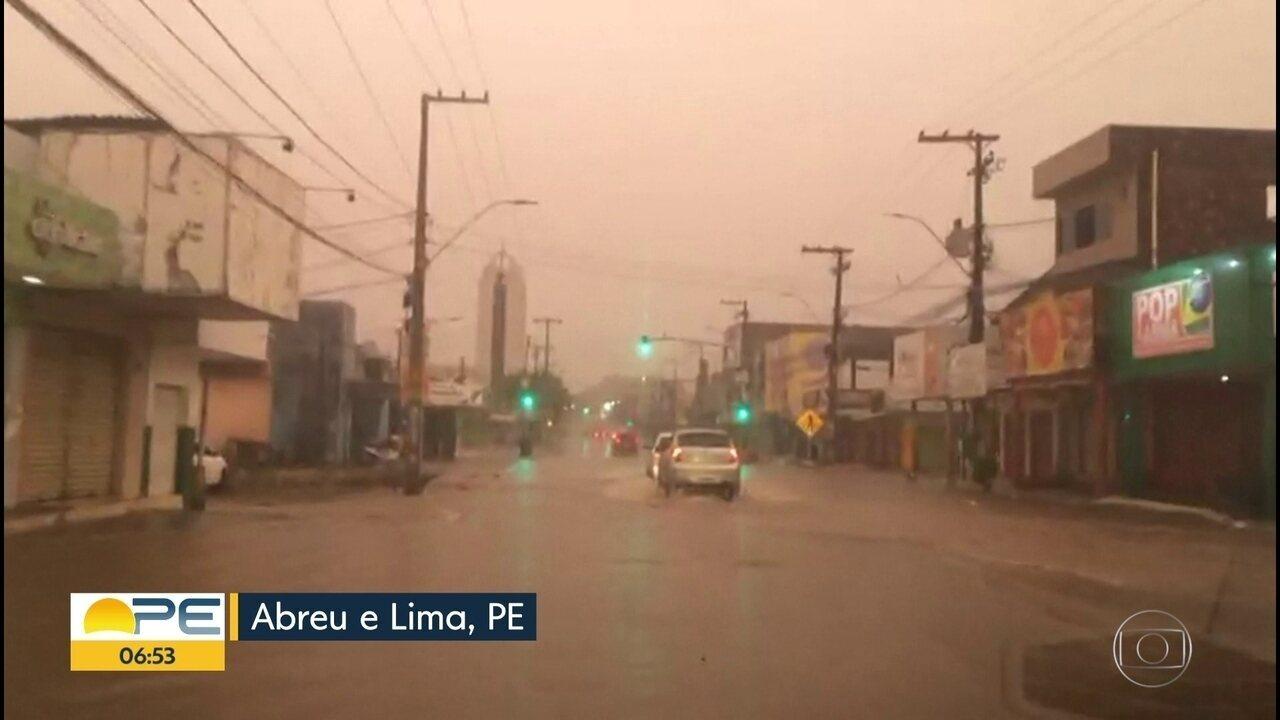 c1163ba358066 Chuva forte do início da manhã desta terça-feira deixa ruas alagadas no  Grande Recife