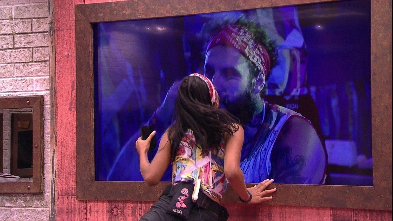 Gleici dá beijo em Wagner pelo monitor